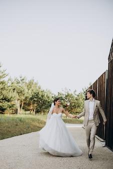 Jovem casal de noivos em seu casamento