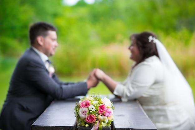 Jovem casal de noivos em uma sessão de casamento