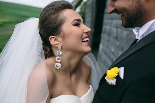 Jovem casal de noivos se divertindo ao ar livre