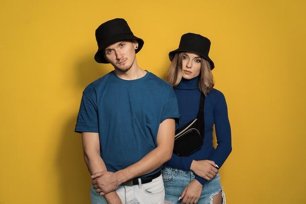 Jovem casal de retrato em amarelo