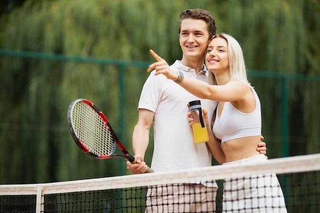 Jovem casal de tênis relaxante