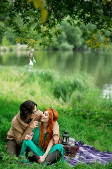 Jovem casal descansando na natureza ao ar livre