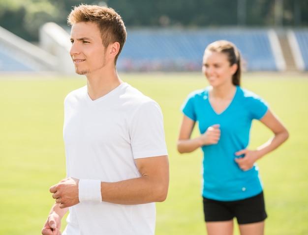 Jovem casal desportivo jogging juntos.