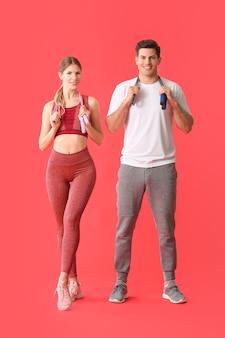 Jovem casal desportivo no vermelho