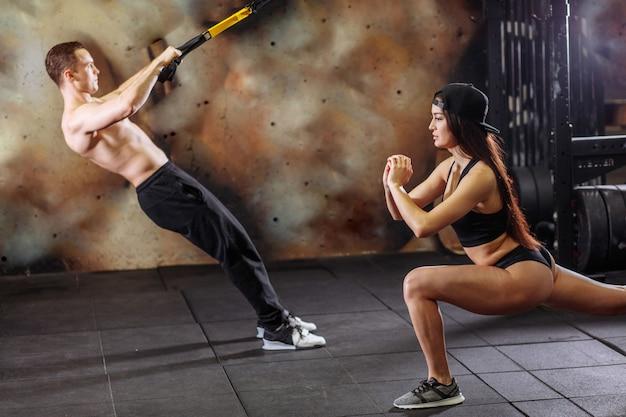 Jovem casal desportivo treino no ginásio