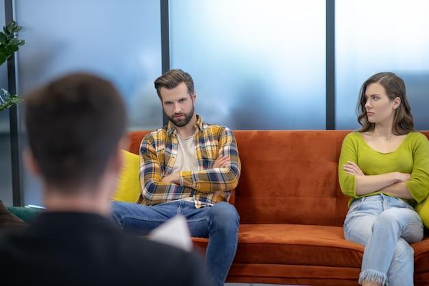 Jovem casal discutindo durante a terapia