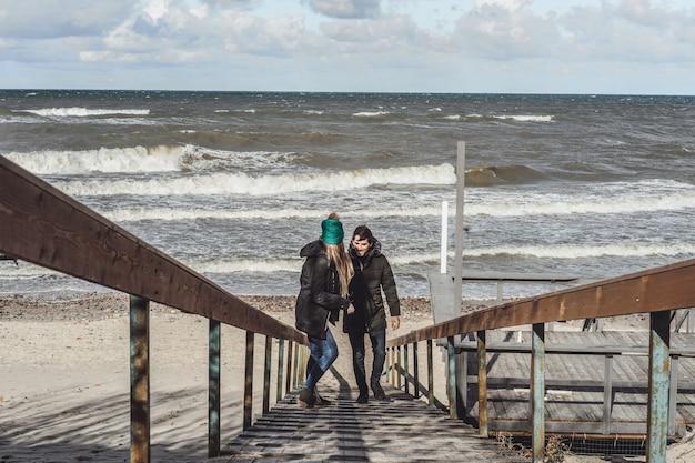 Jovem casal do frio mar báltico