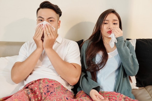 Jovem casal doente