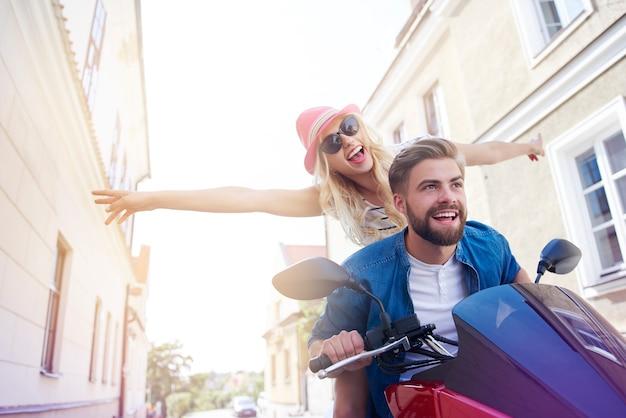 Jovem casal durante a condução de scooter
