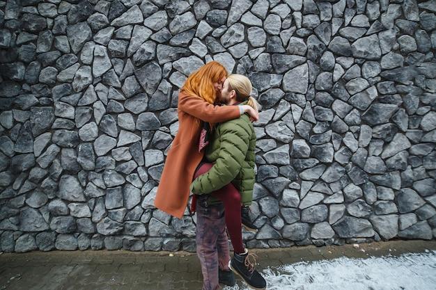 Jovem casal elegante abraço na rua