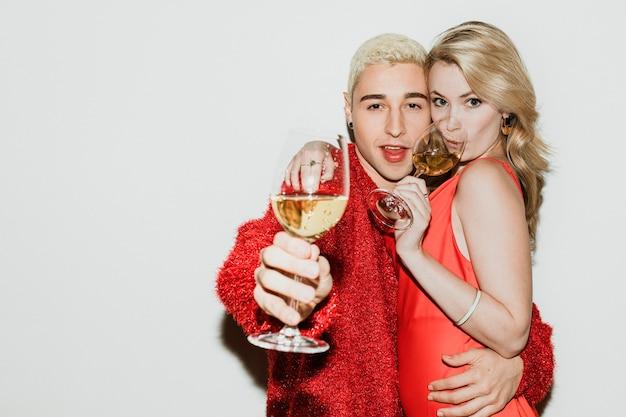 Jovem casal elegante com champanhe