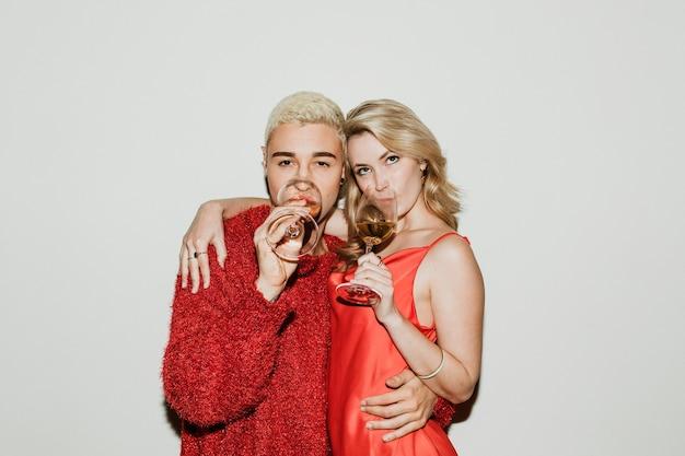 Jovem casal elegante com vinho branco