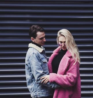 Jovem casal elegante se abraça em um ambiente urbano no dia dos namorados