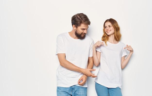 Jovem casal em camiseta branca, comunicação, moda, diversão