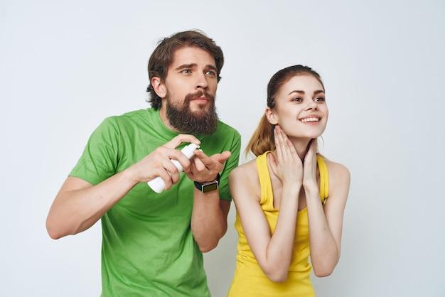 Jovem casal em camisetas multicoloridas, barbear cuidados com a pele facial. foto de alta qualidade