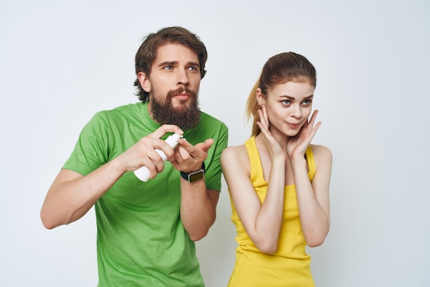 Jovem casal em camisetas multicoloridas no banheiro aparando. foto de alta qualidade
