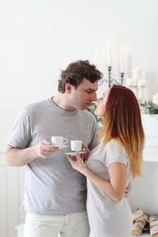 Jovem casal em casa