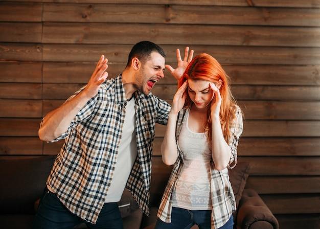 Jovem casal em conflito, homem e mulher brigam