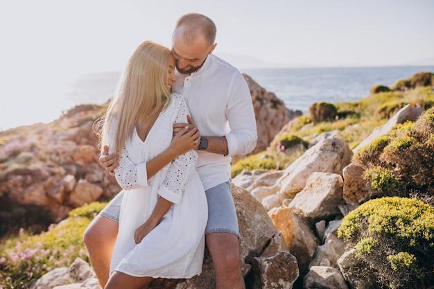 Jovem casal em lua de mel na grécia à beira-mar