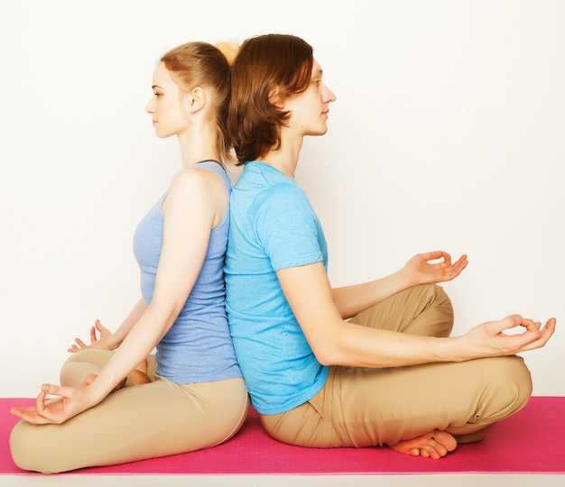 Jovem casal em pose de ioga, família feliz