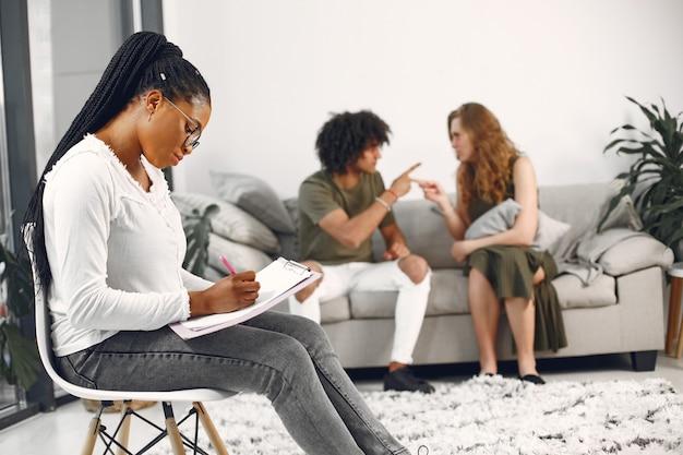 Jovem casal em psicólogo. discutindo problemas de relacionamento com seu terapeuta.