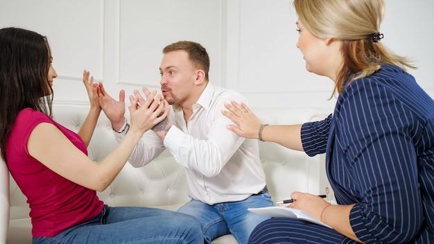 Jovem casal em recepção com psicólogo