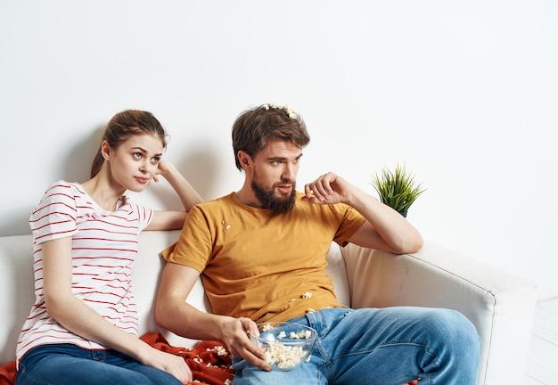 Jovem casal em seu novo apartamento assistindo filmes