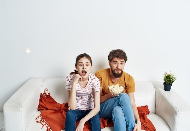 Jovem casal em seu novo apartamento assistindo tv