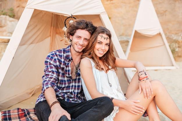 Jovem casal em tenda na praia Foto Premium