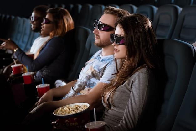 Jovem casal em um encontro no cinema 3d Foto Premium