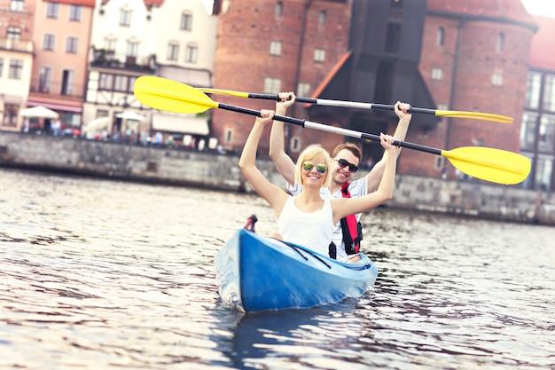 Jovem casal em uma canoa visitando gdansk na polônia