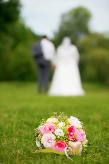Jovem casal em uma sessão de casamento