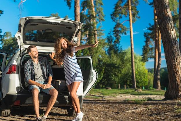 Jovem casal em uma viagem de carro