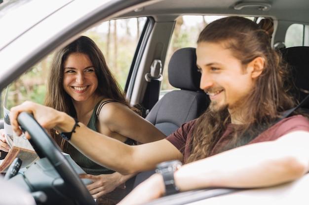 Jovem casal em uma viagem em um carro