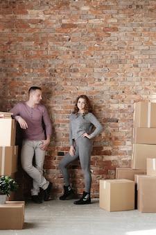 Jovem casal empacotando coisas e mudando-se para um novo lugar