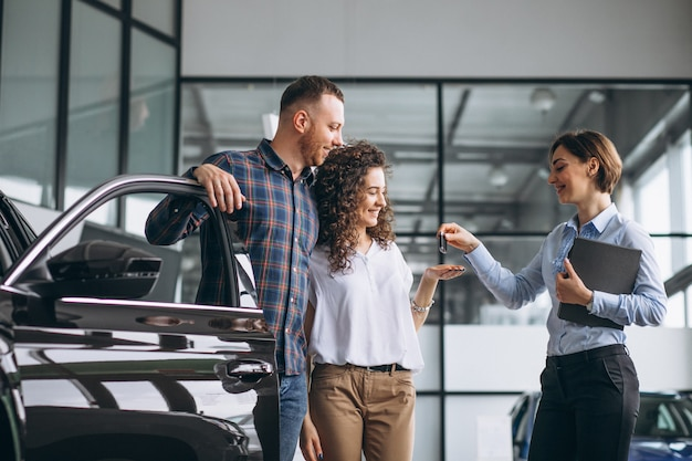 Jovem casal escolhendo um carro em um show room de carro