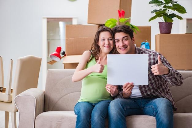 Jovem casal esperando bebê com mensagem em branco
