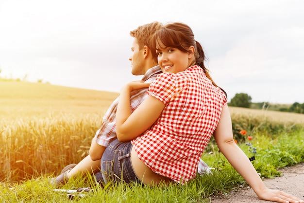 Jovem casal esportiva caminhadas lá fora