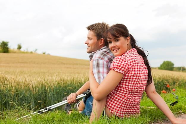 Jovem casal esportivo, caminhadas lá fora