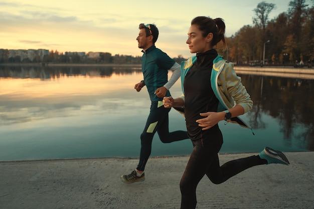Jovem casal esportivo correndo