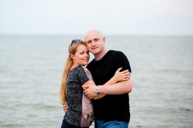 Jovem casal está andando no mar