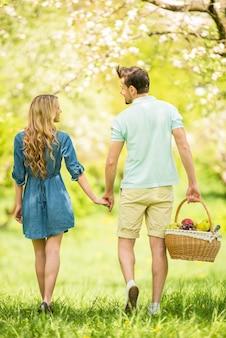 Jovem casal está caminhando na floresta juntos.