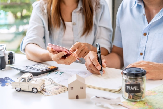 Jovem casal está planejando e administrando as despesas da casa juntos