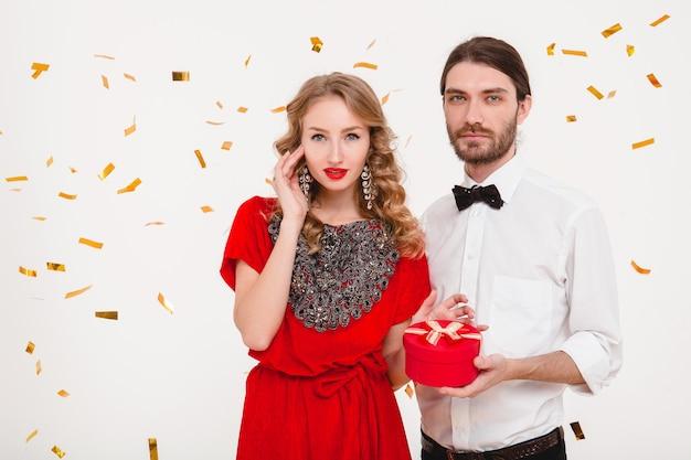 Jovem casal estiloso comemorando o ano novo