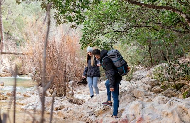 Jovem casal explorando a natureza