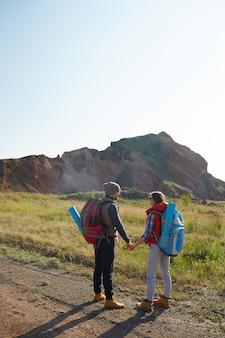 Jovem casal explorando o mundo