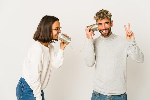 Jovem casal falando com lata
