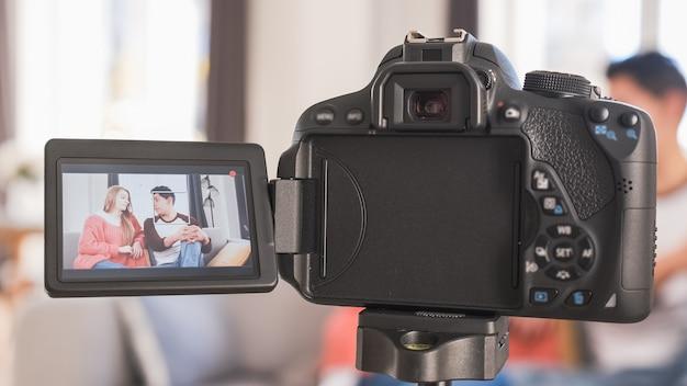 Jovem casal falando para a câmera na tela. mulher e homem gravando um videoblog