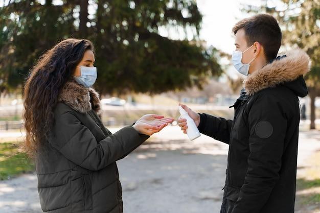 Jovem casal faz desinfecção