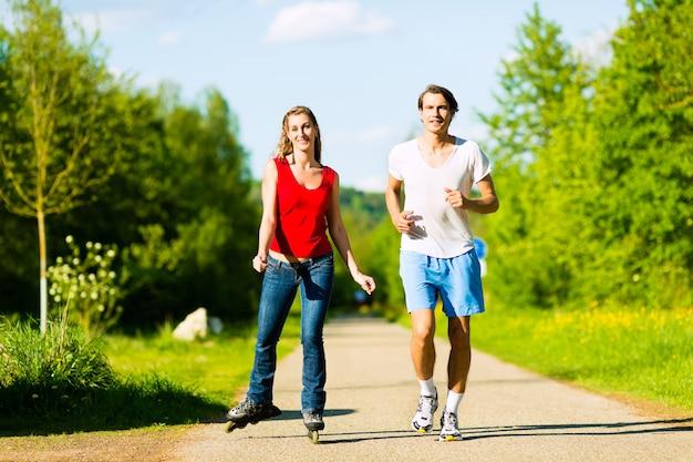 Jovem casal fazendo esportes ao ar livre